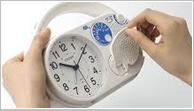一家に一台!万が一の災害時から楽しいキャンプまで、使える防災クロック。ラジオもついているので安心の置き時計です。
