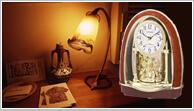 壁に穴を開けなくても飾れるクロック、置き時計です。記念品やお祝い品などギフトにも人気があります。